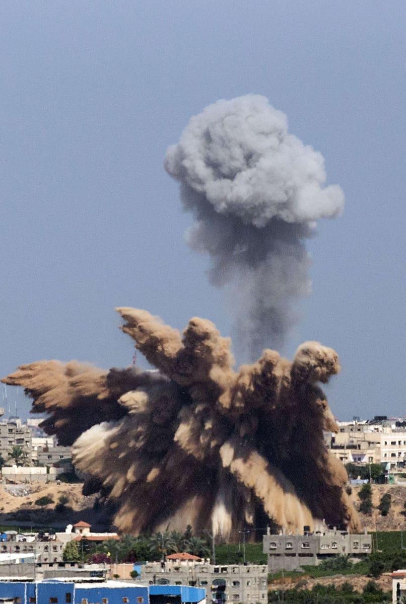 Räjähdyksen savuja Gazassa.
