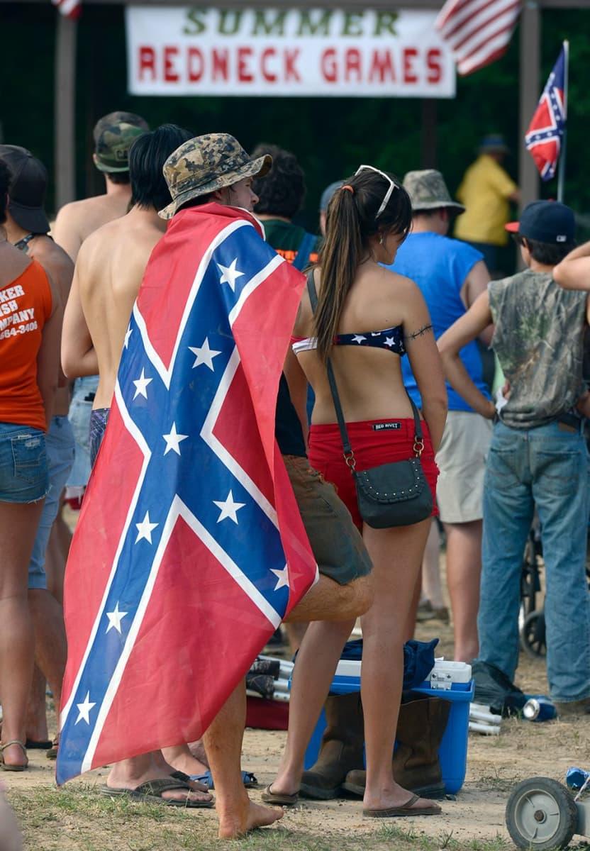 Mies on pukeutunut etelävaltioiden lippuun.