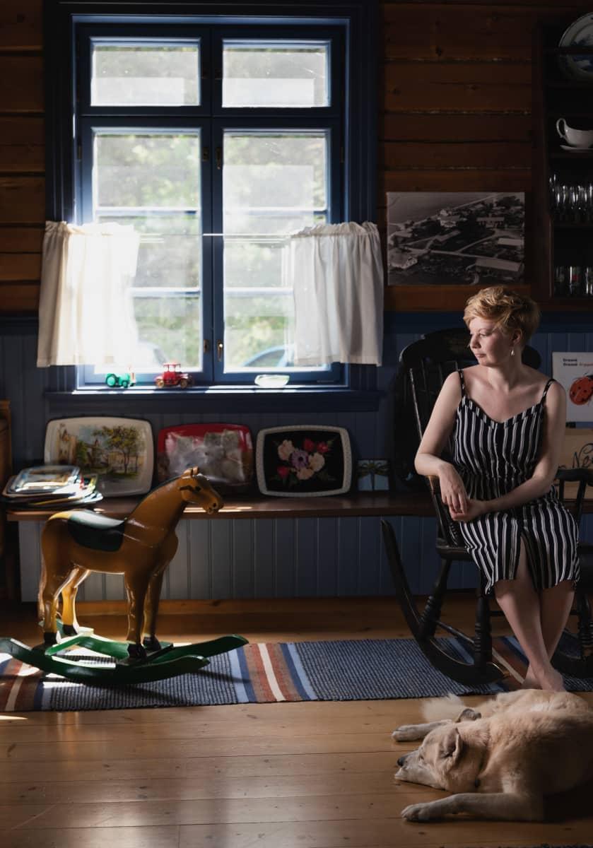 Kirjailija Marianna Kurtto koiransa kanssa Eeva Joenpellon kirjailijakodin suuressa keittiössä.