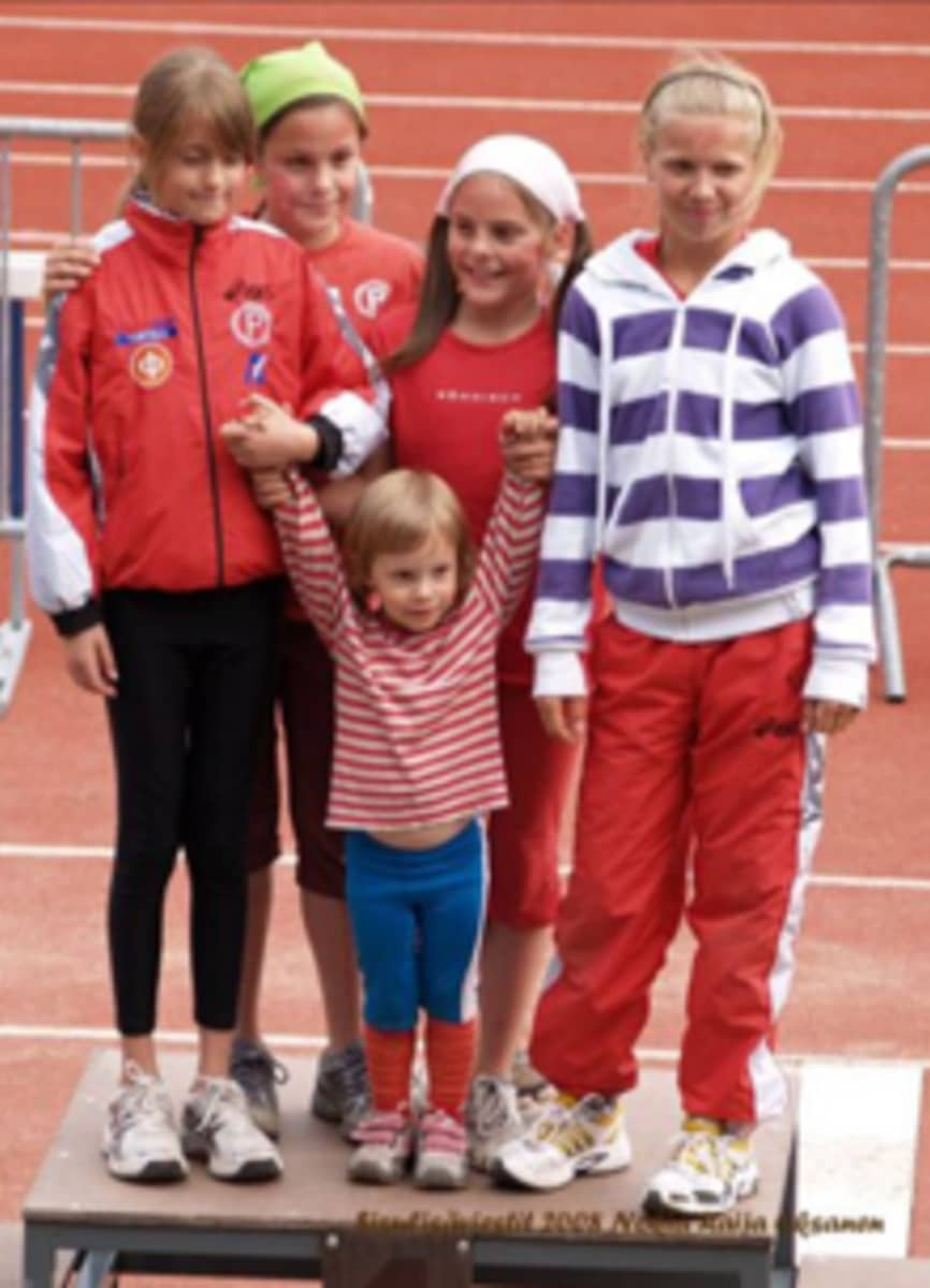 Maria Huntington ja kaksoissisko Tiia Huntington (huivit päässä) päätyivät yleisurheilun pariin yhdeksänvuotiaina. Tiia Huntington lopetti lajin parissa 15 vuoden ikäisenä.