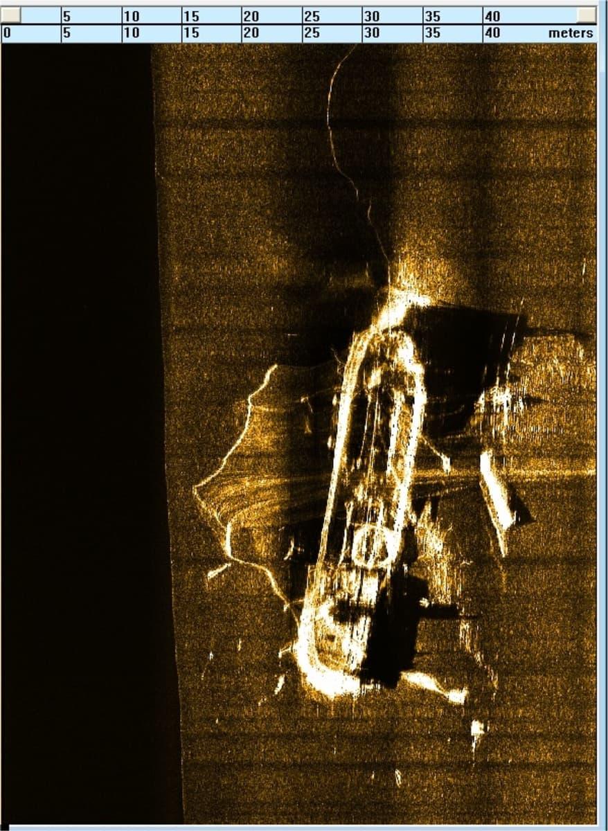 Viistokaikuluotaimen kuva hylystä, jossa trooli kiinni