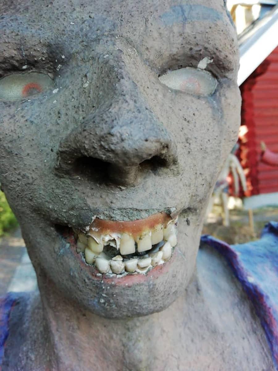 Parikkalan patsaspuistossa oleva patsas, jolta on rikottu hammas.