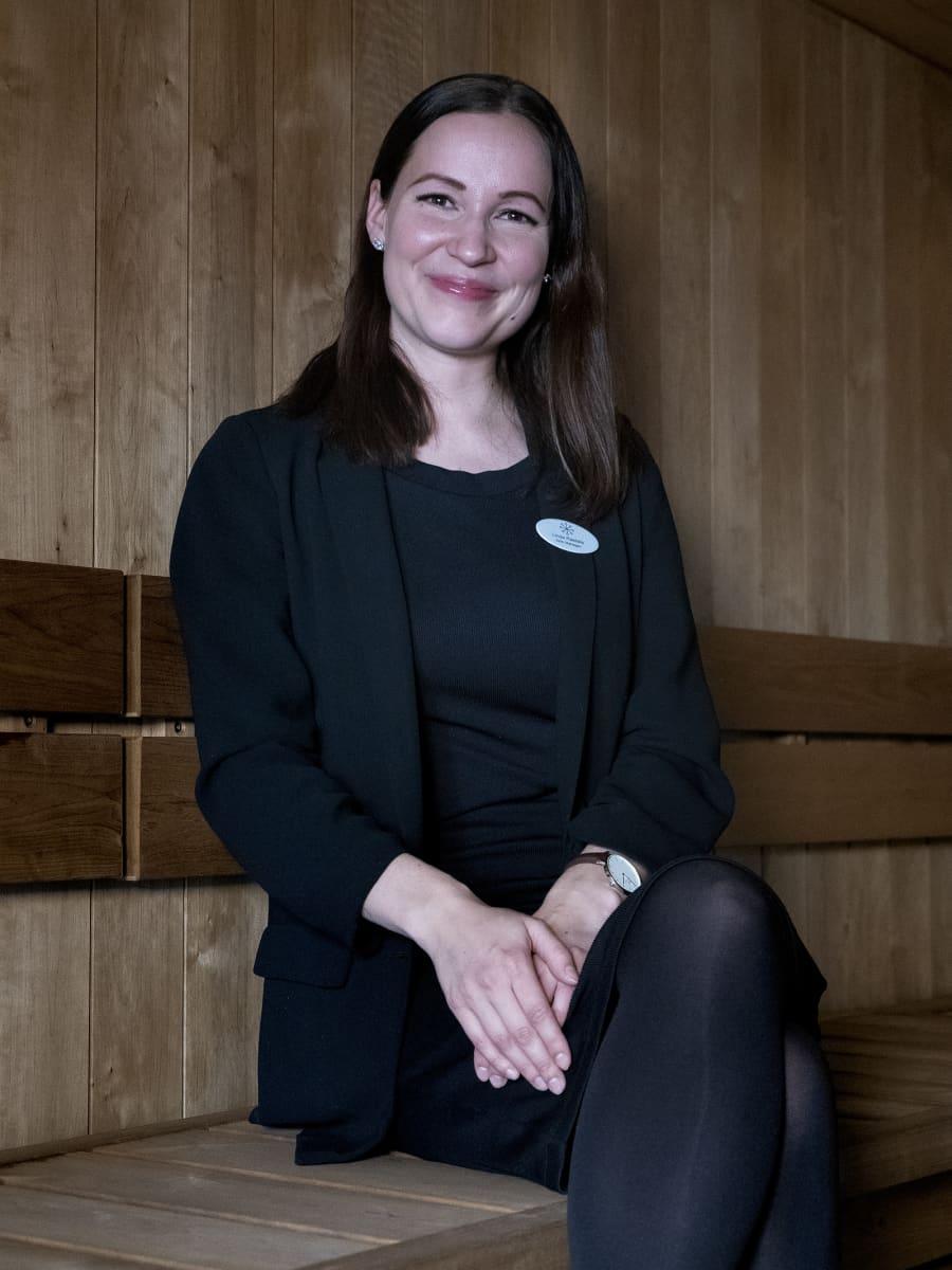 Hotellipäällikkö Linda Rastela tarkastaa hotellin saunan saunomalla siellä säännöllisesti.
