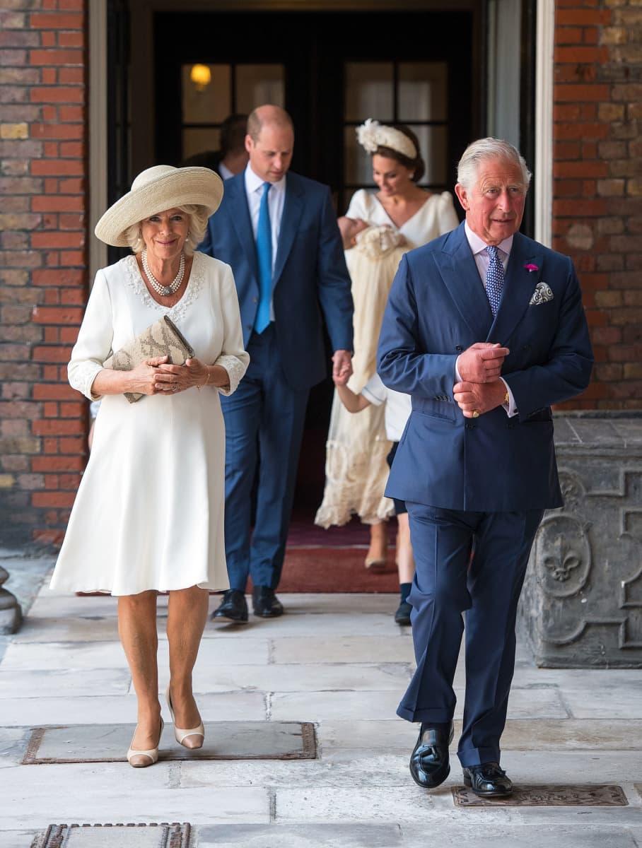 Walesin prinssi Charles ja Cornwallin herttuatar Camilla prinssi Louisin ristiäisissä. Taustalla näkyvät Cambridgen herttua, prinssi William sekä Cambridgen herttuatar Catherine sylissään pikkuprinssi Louis.