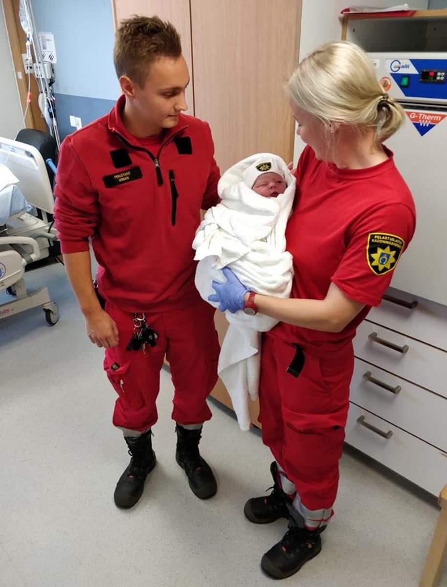 Länsi-Uudenmaan pelastuslaitoksen ensihoitajat avustivat synnyttävää äitiä ilman kätilön apua Lohjalla 19.9.2018.