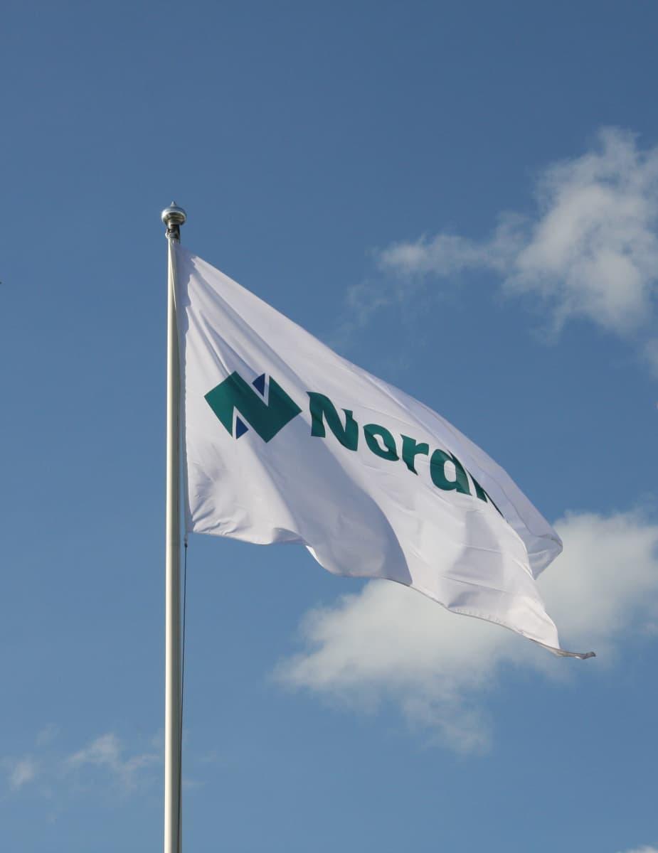 Nordkalkin lippu liehuu tuulessa.
