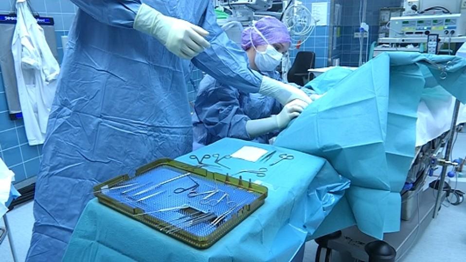 leikkaus käynissä sairaalassa