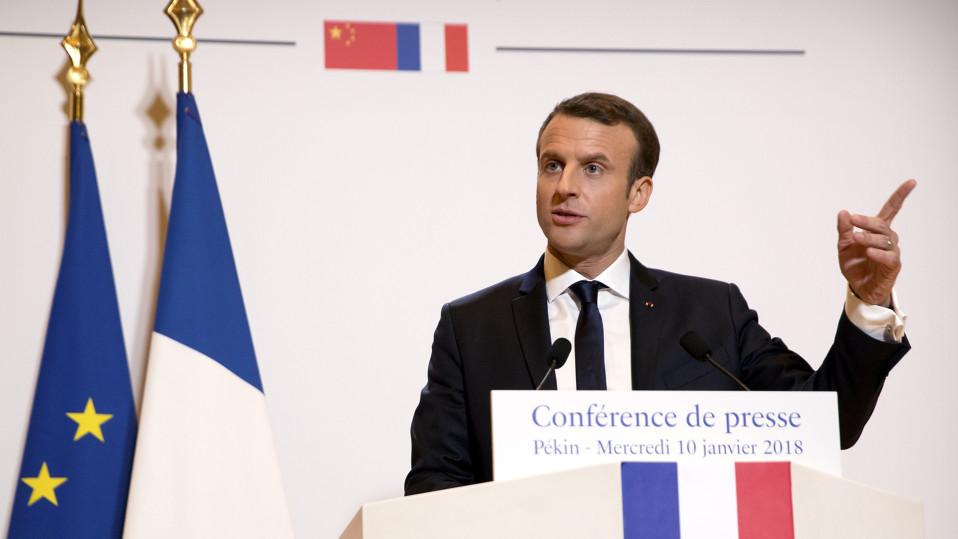 Emmanuel Macron puhuu Pekingissä.
