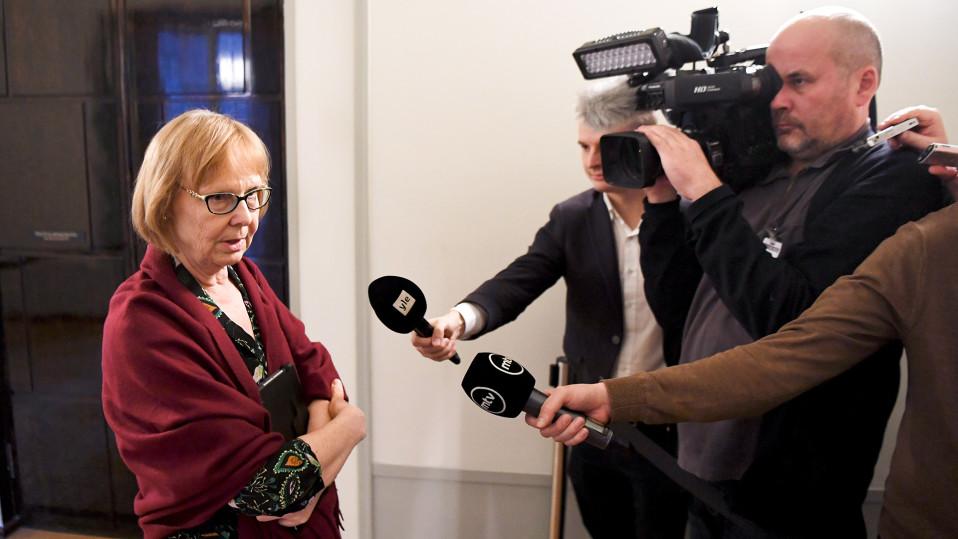 Perustuslakivaliokunnan puheenjohtaja Annika Lapintie (vas.) puhuu medialle Helsingissä 21. helmikuuta.