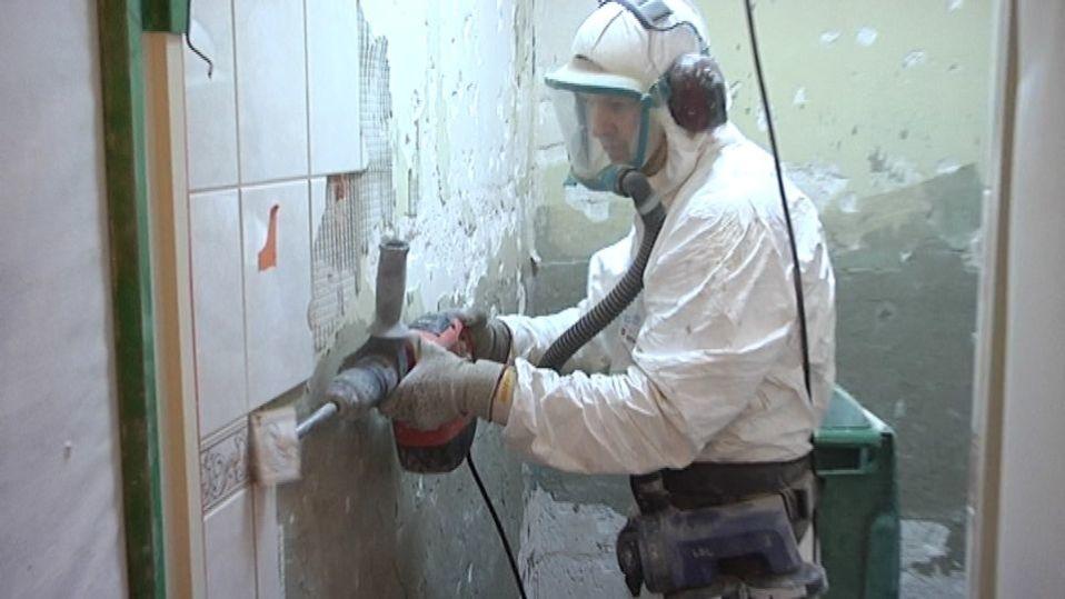 Työmies poraa kaakelia seinästä. Putkiremontissa uudistetaan yleensä koko vessa. #source%3Dgooglier%2Ecom#https%3A%2F%2Fgooglier%2Ecom%2Fpage%2F%2F10000
