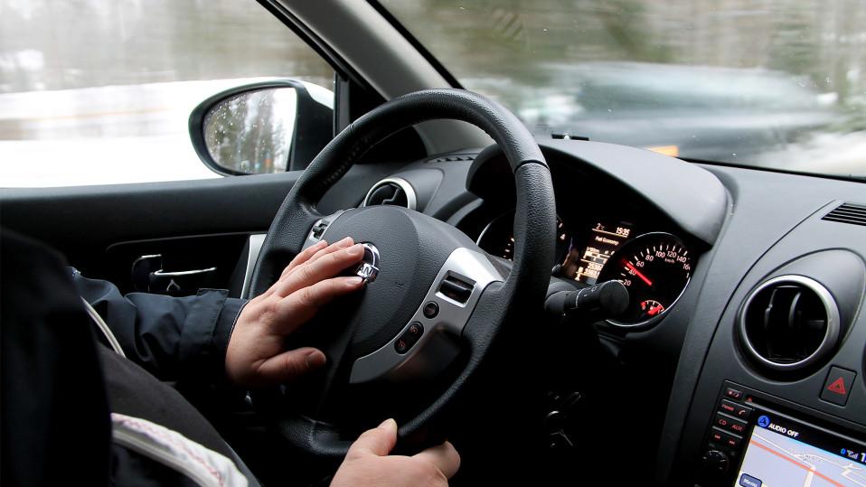 Kuljettaja ajaa autoa.