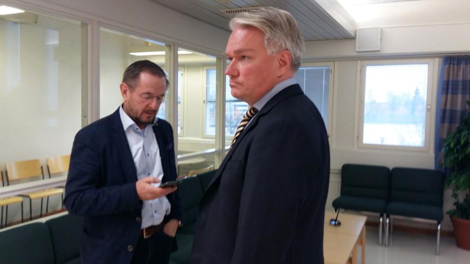 Harri Natunen ja asianajaja Mikko Erkkilä hovioikeudessa 18.10.2017.