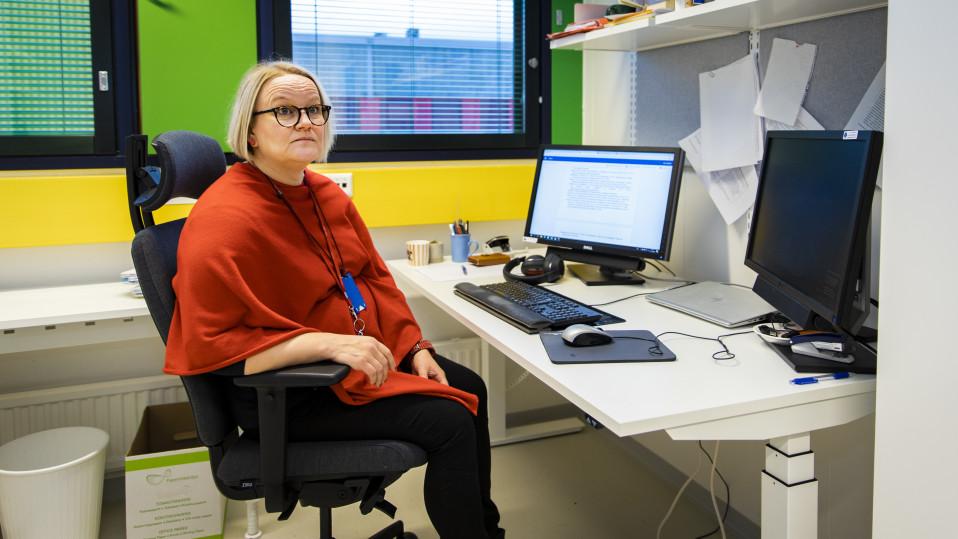 Anu Alanko istuu toimistollaan Oulun Yliopistolla