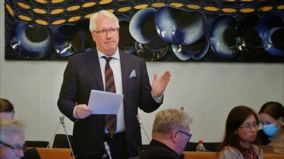 Veikko Vallin puhuu Tampereen kaupunginvaltuuston kokouksessa.