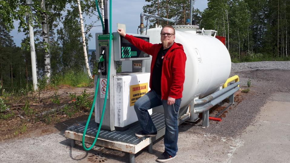 Kare Palmu nojaa bensiiniautomaattiin.
