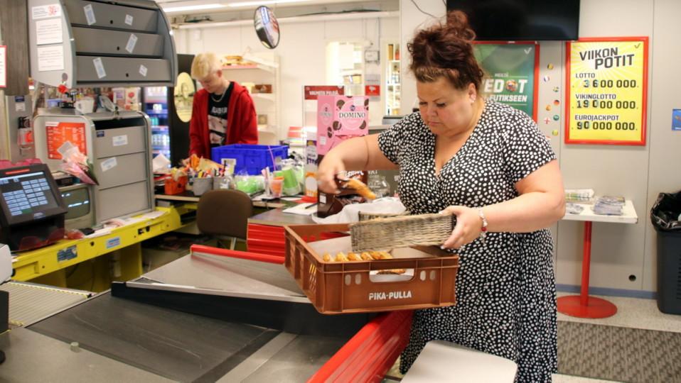 Mirva Venäläinen asettelee leivonnaisia esille