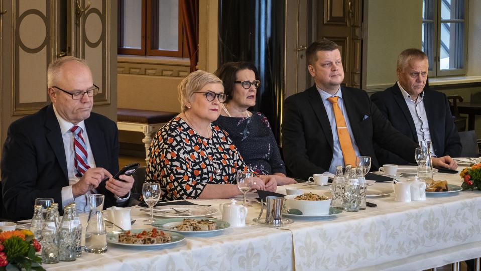 Oulun asemanseudun kehittämishankkeen julkistivat torstaina Kyösti Oikarinen (vas.), Anu Vehviläinen, Päivi Laajala Mauri Sahi ja Jukka Weisell.