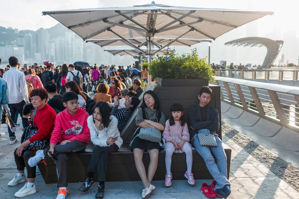 Kiinalaiset turistit odottavat kyytiään takaisin mantereen puolelle Kiinaan.