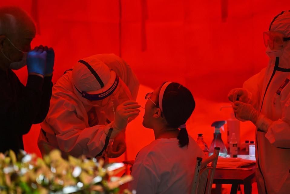 Kuvassa tehdään koronavirustestiä naiselle Kiinan Wuhanissa.