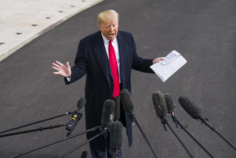 Yhdysvaltojen presidentti Donald Trump kommentoi virkarikostutkintaa Valkoisen talon edustalla.