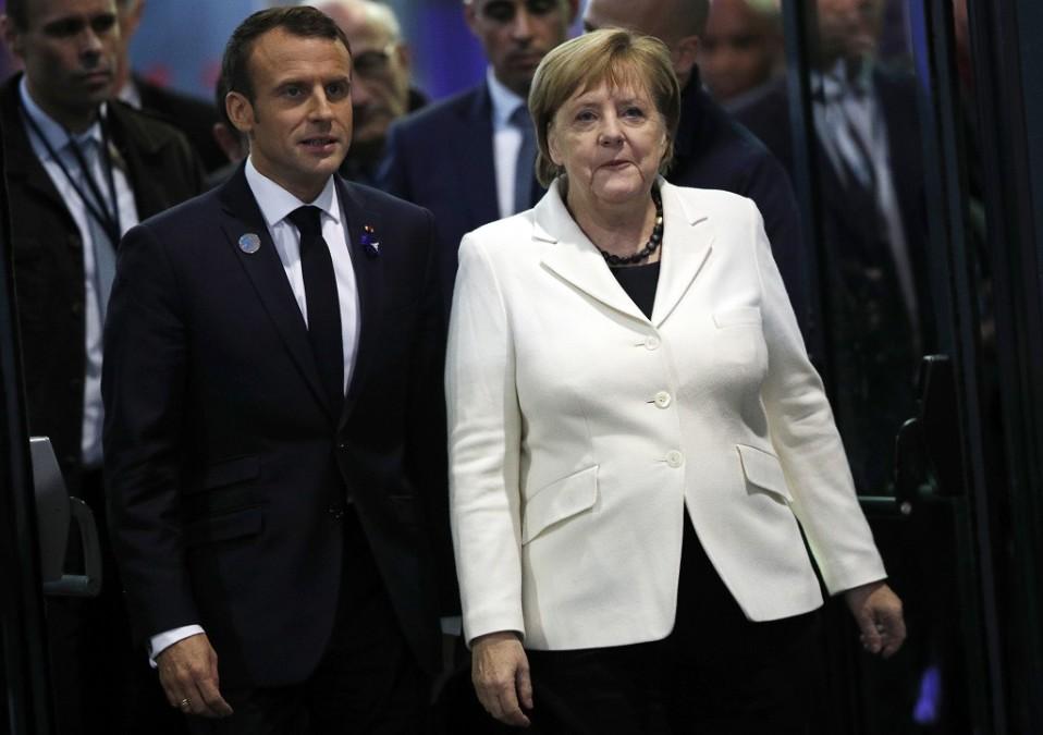 Kuvassa Emmanuel Macron vasemmalla ja Angela Merkel oikealla.