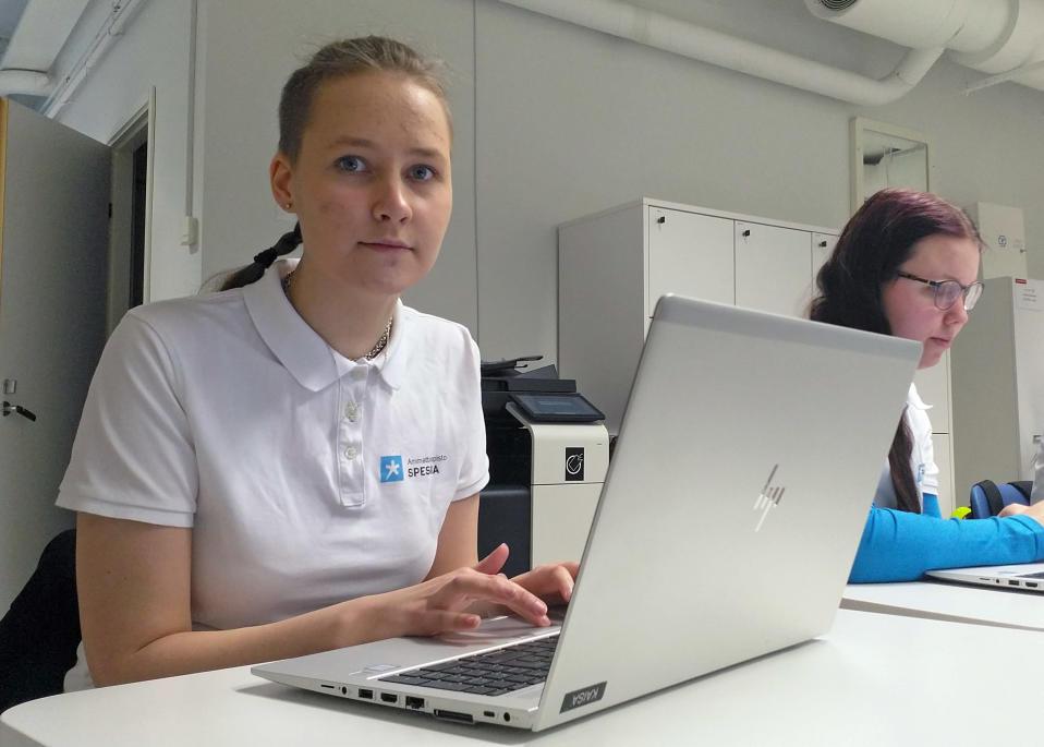 Jaana Pölkki tekee tehtäviä luokassa tietokoneella