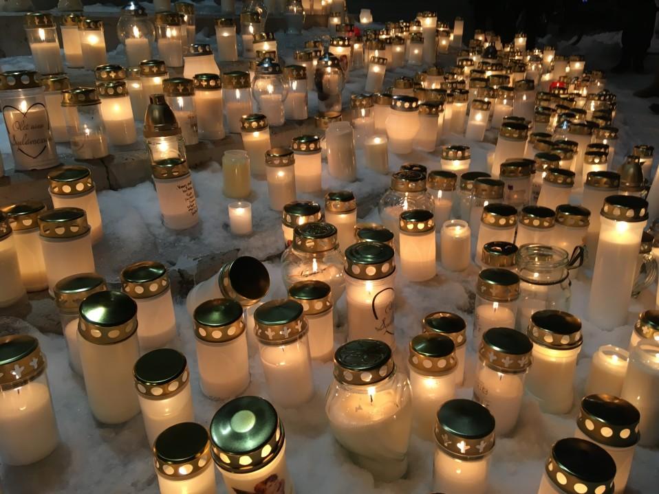 Porin keskustaan syttyi kynttilämeri Olli Lindholmin muistoksi: