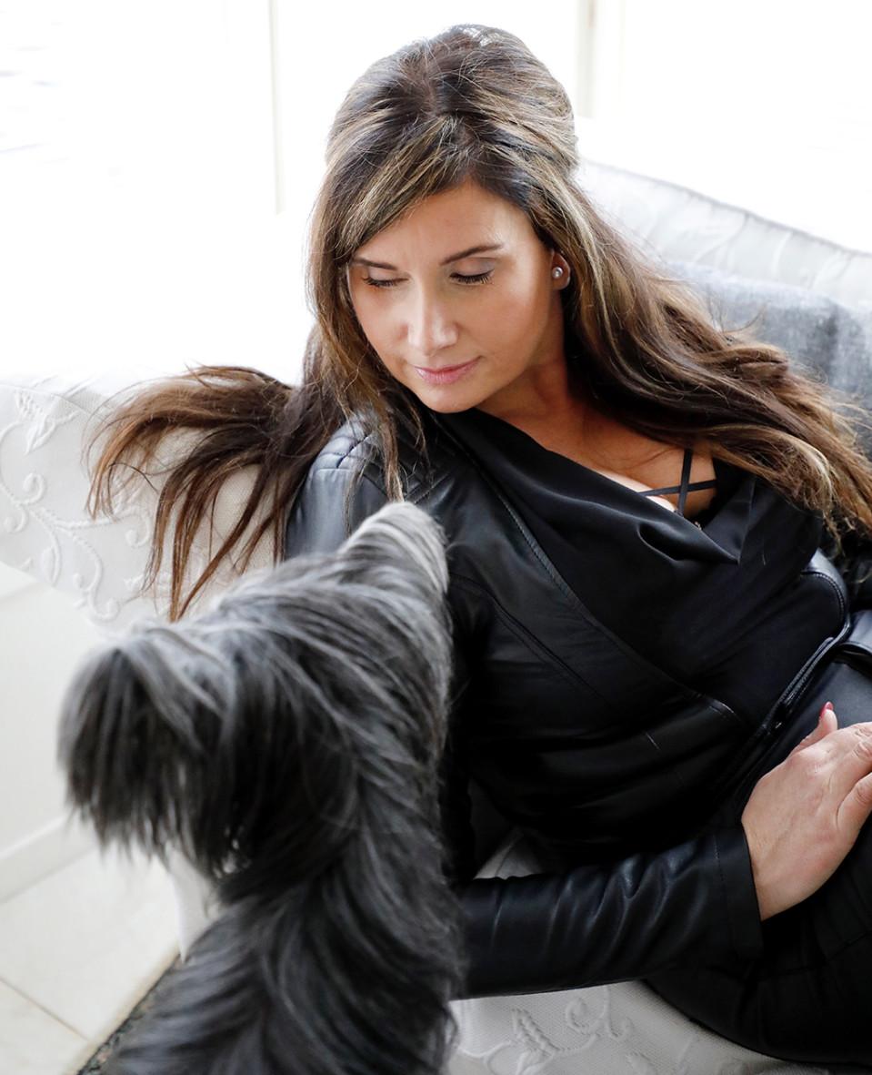 Krista Ollanketo koiran kanssa.
