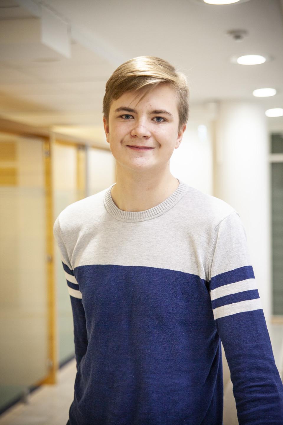 Kristian Salmi Pohjois-Savon Osuuspankin tiloissa keskustelemassa raha-asioistansa.