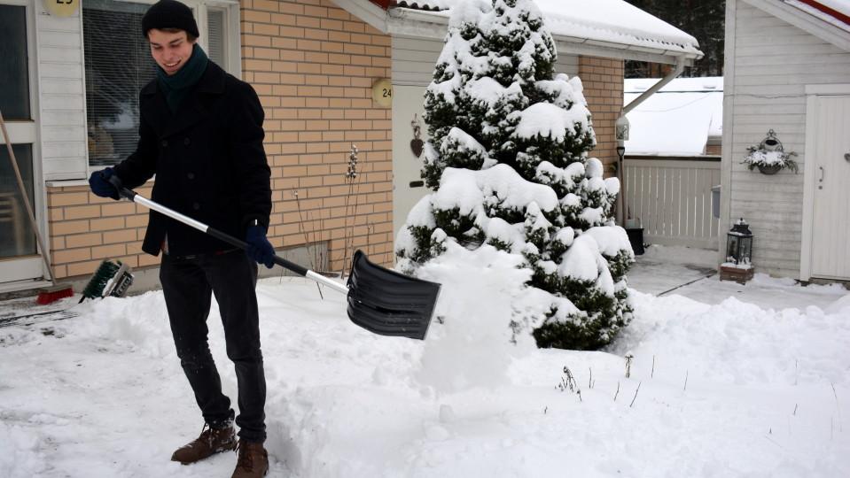 Leo Syrjälä luo lunta.