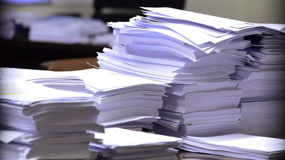 Paperipinoja eduskunnan perustuslakivaliokunnan kokouksessa Helsingissä 20. helmikuuta.