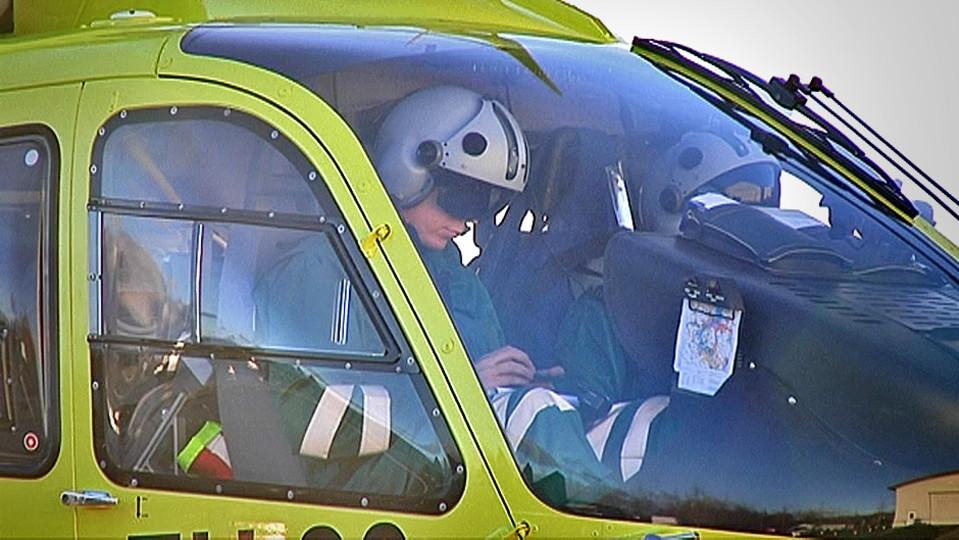 Lääkärihelikopterin lentäjiä ohjaamossa