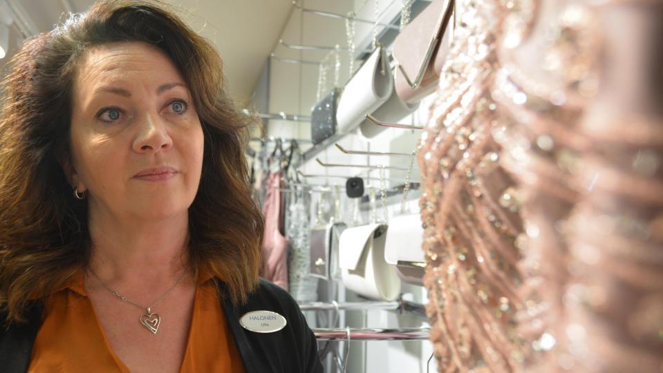 Kuvassa naistenosaston myyjä vaatetusliikkeessä