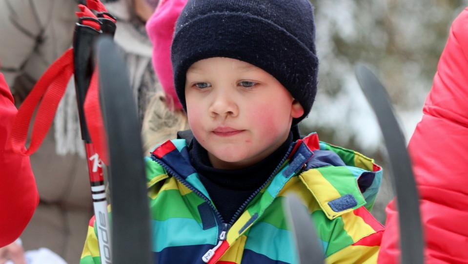 Ekaluokkalainen Tuukka Sipinen ehti hetken hengähtää hiihdon lomassa.