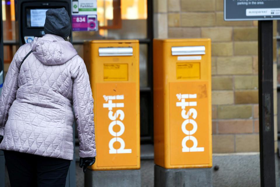 Postilaatikkoja Pääpostin edustalla Helsingissä 18. marraskuuta