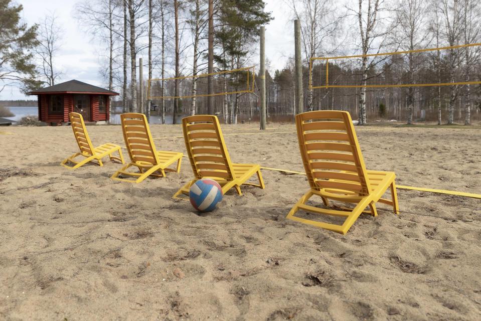 Aurinkotuoleja Kyyjärven leirintäalueen rantalentopallokentän laidalla