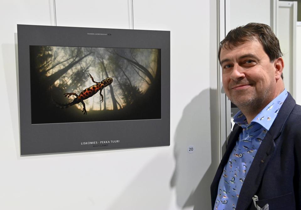 Kuvassa Vuoden luontokuvan 2021 voittaja Pekka Tuuri ja hänen teoksensa
