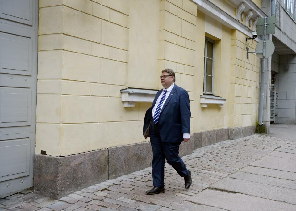 Perussuomalaisten puheenjohtaja Timo Soini kävi soittamassa matkapuhelimellaan kesken hallitusneuvotteluiden Fabianinkadulla Smolnan ulkopuolella Helsingissä tiistaina 26 toukokuuta 2015.