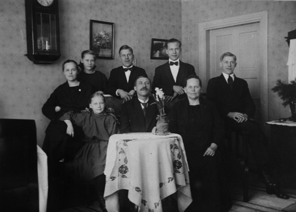 Perhekuva Amurista 1920-luvulta. Isä, äiti ja kuusi lasta pyhävaatteissa.
