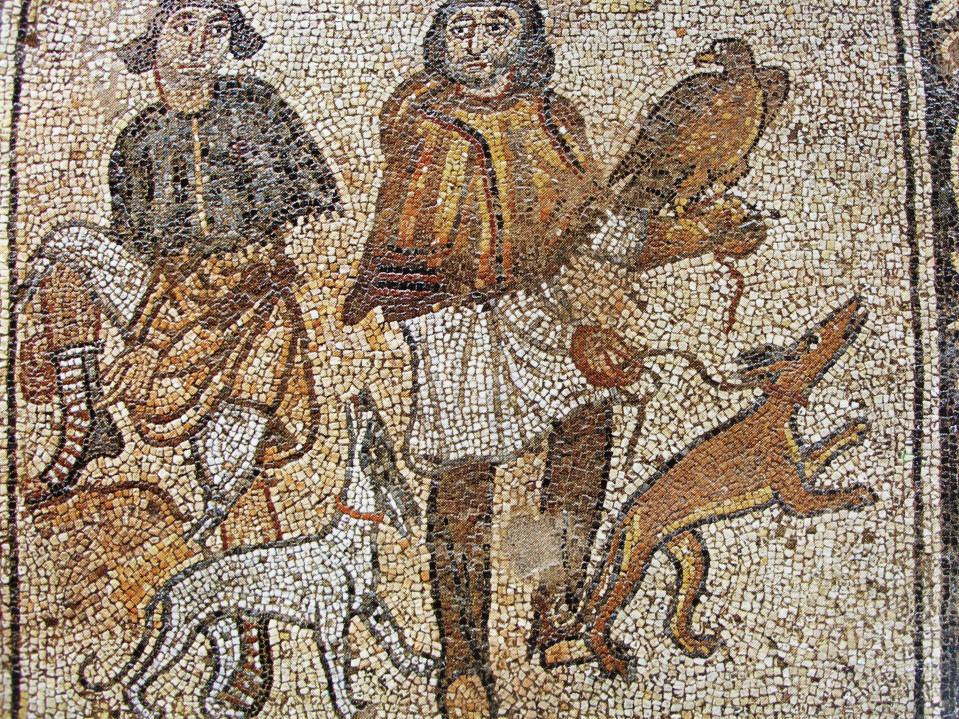 Muinainen haukka-aihe mosaiikissa