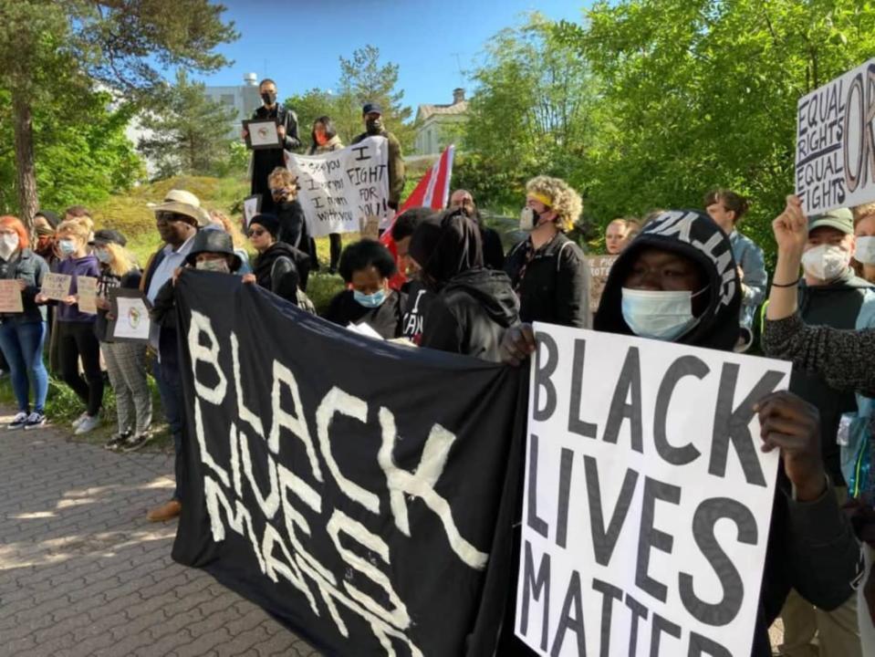 Demonstranter med Black Lives Matter-plakat.