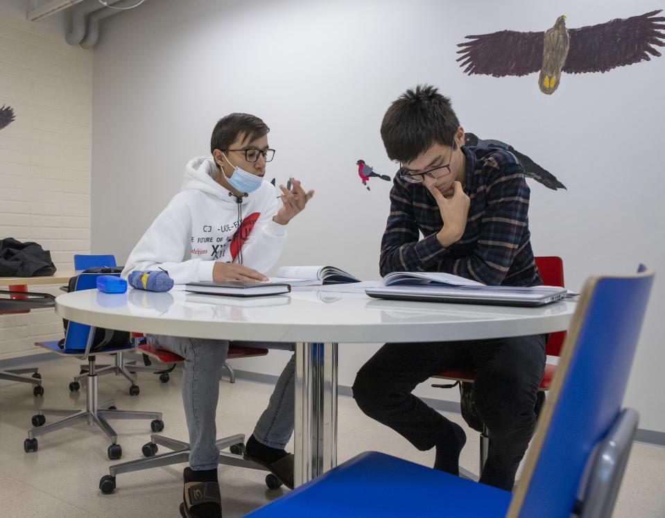 Uzbekistanilaiset Javohir Zokirov ja Elyorbek Raymov suomen kielen oppitunnilla Rautjärven lukiossa.