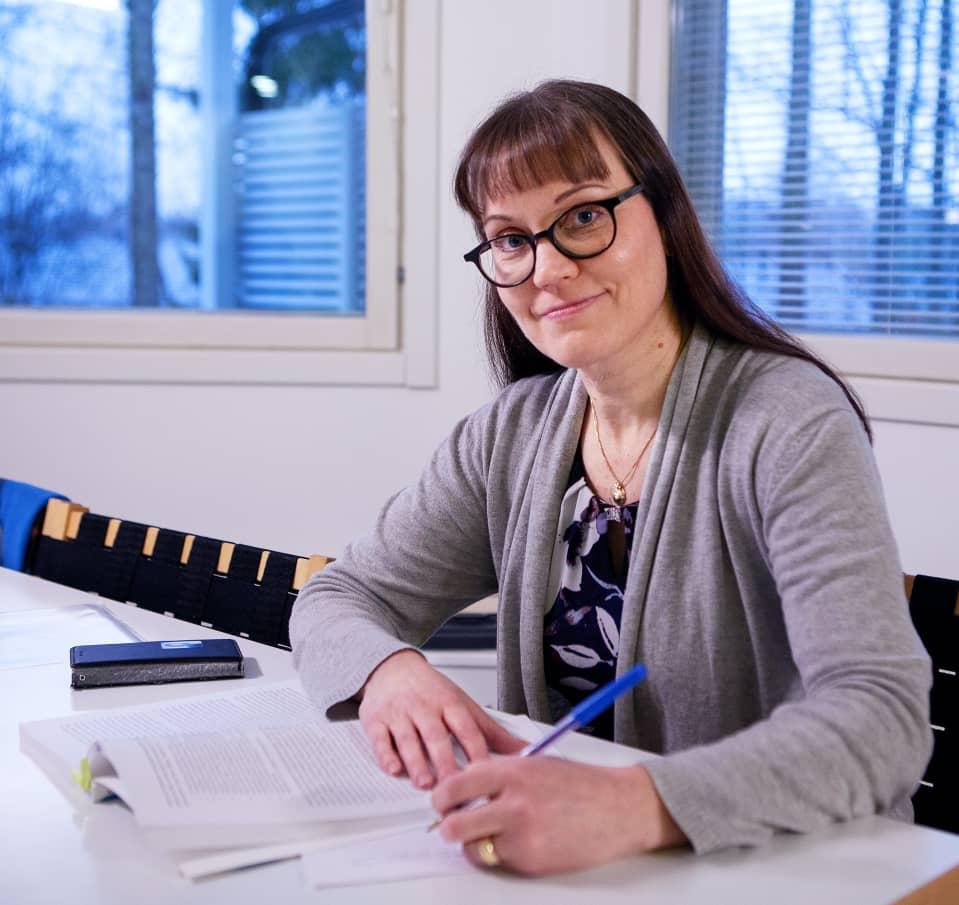 Katri Otonkorpi-Lehtoranta työpöydän ääressä.