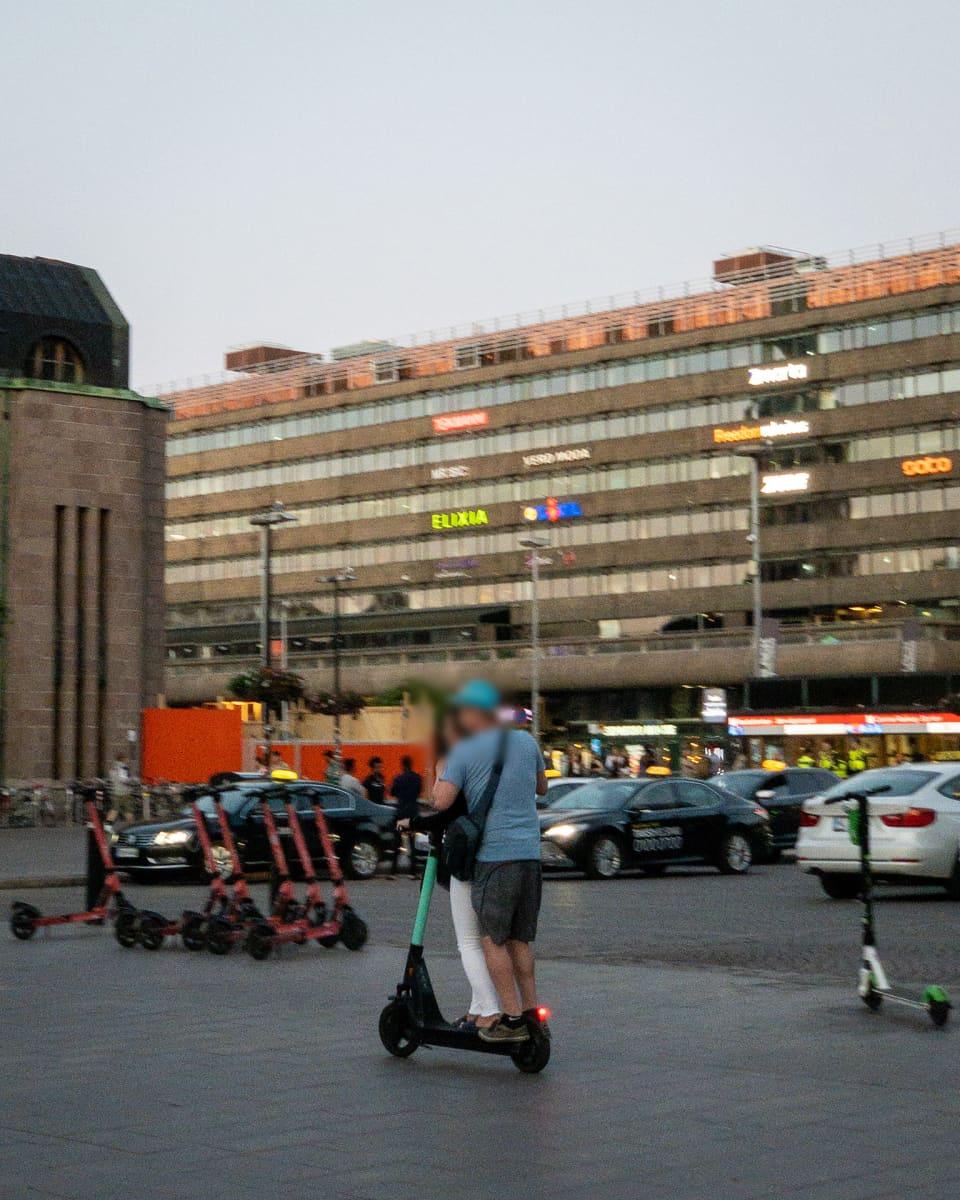 Sähköpotkulaudalla ajetaan Helsingin rautatieasemalla.