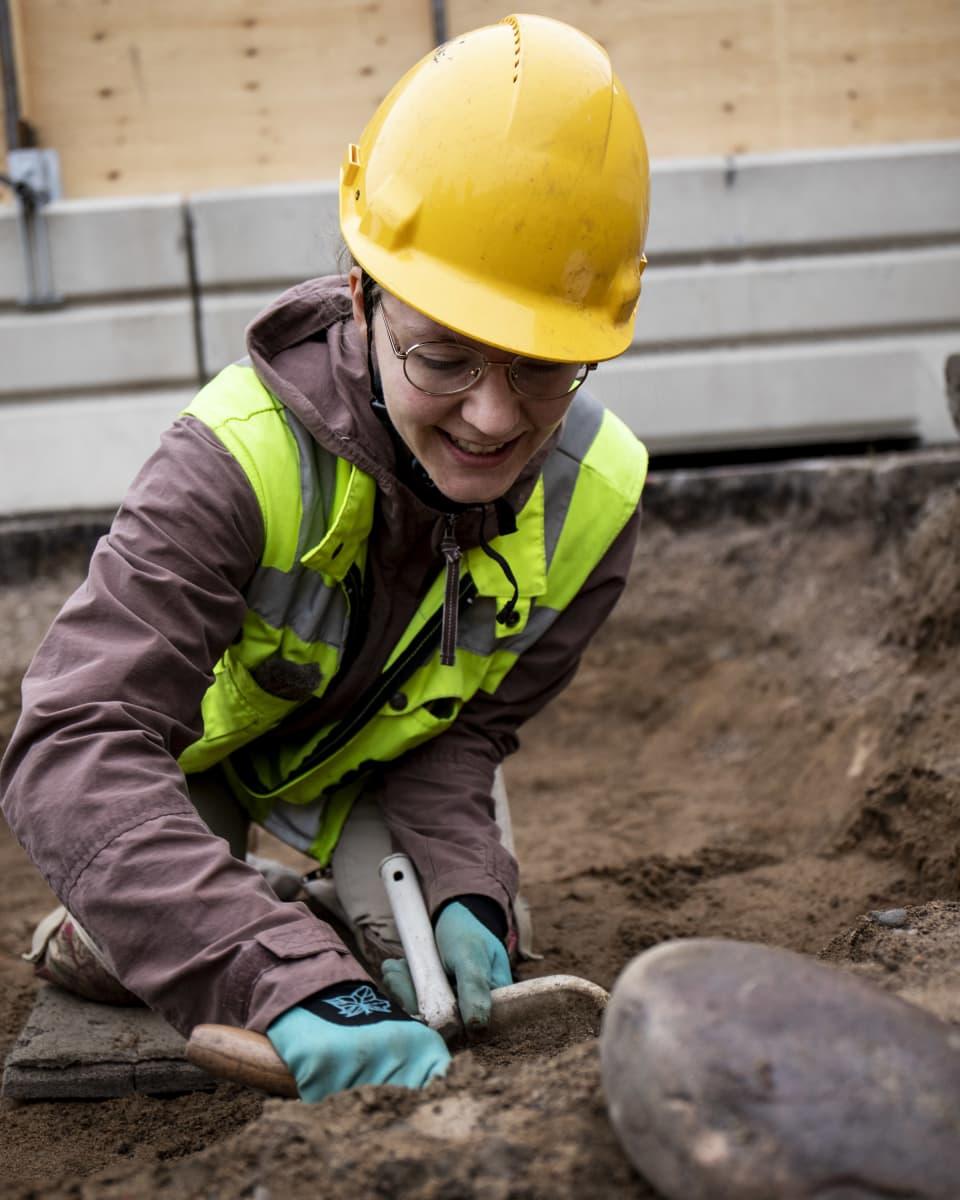 """Kaivausapulainen Inka Sallinen on kutsumusammatissaan. """"Arkeologiset kaivaukset"""" hän aloitti kotipihallaan jo 5-vuotiaana."""