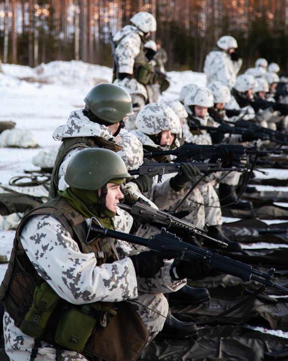 Alkokkaat harjoittelevat ampuma-asentoa.