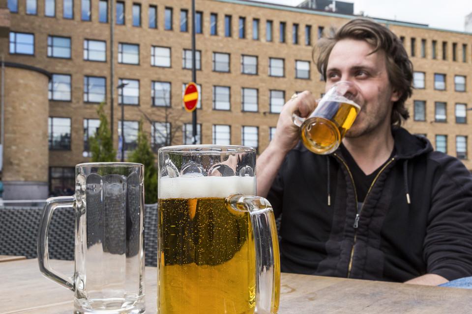 Anton Rautioaho juo olutta terassilla.