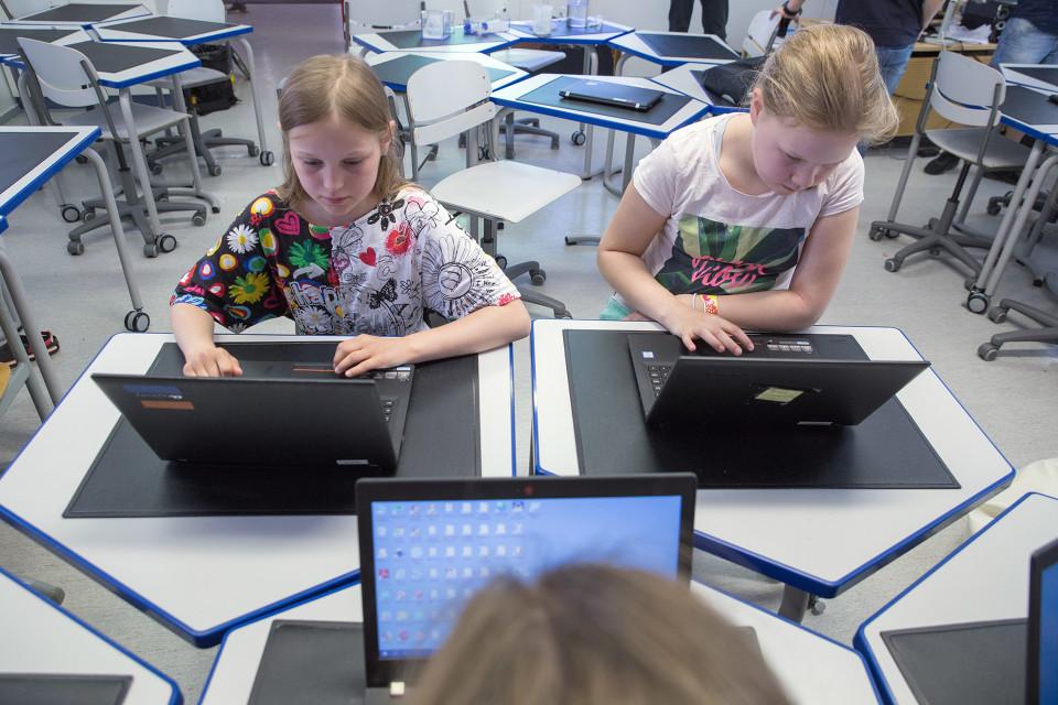 koululaisia tietokoneella