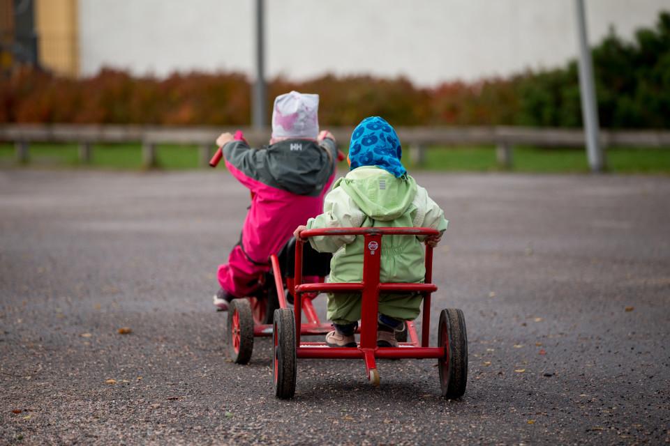 Kaksi lasta leikkii Arabian leikkipuistossa.