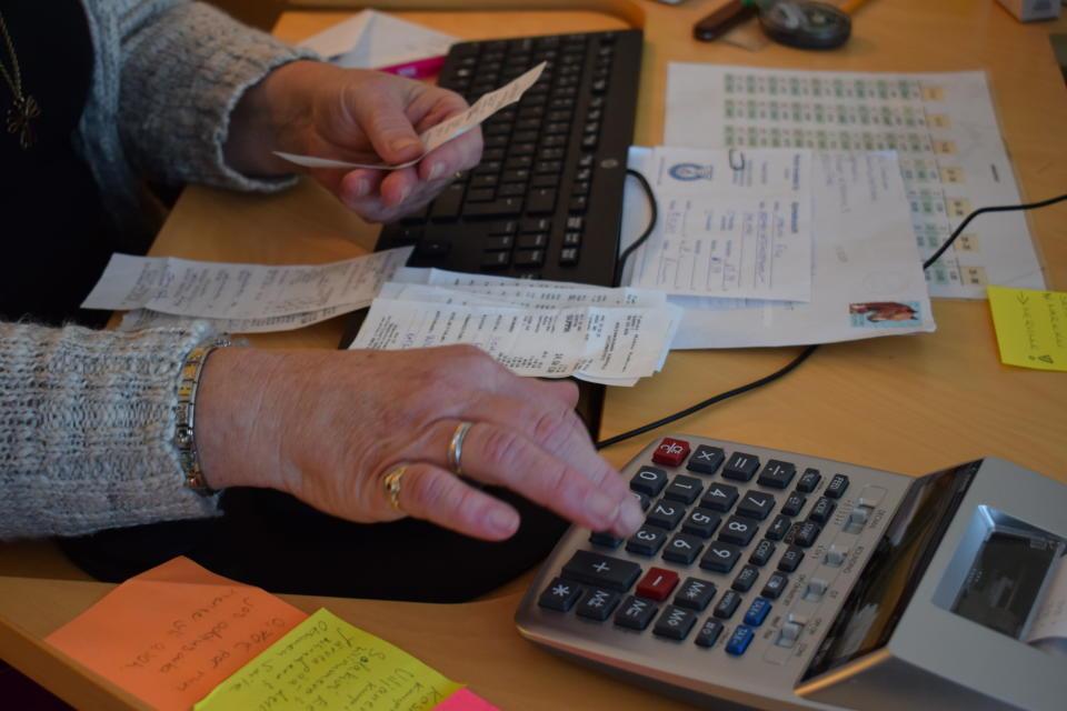 Nainen näpyttelee laskinta.